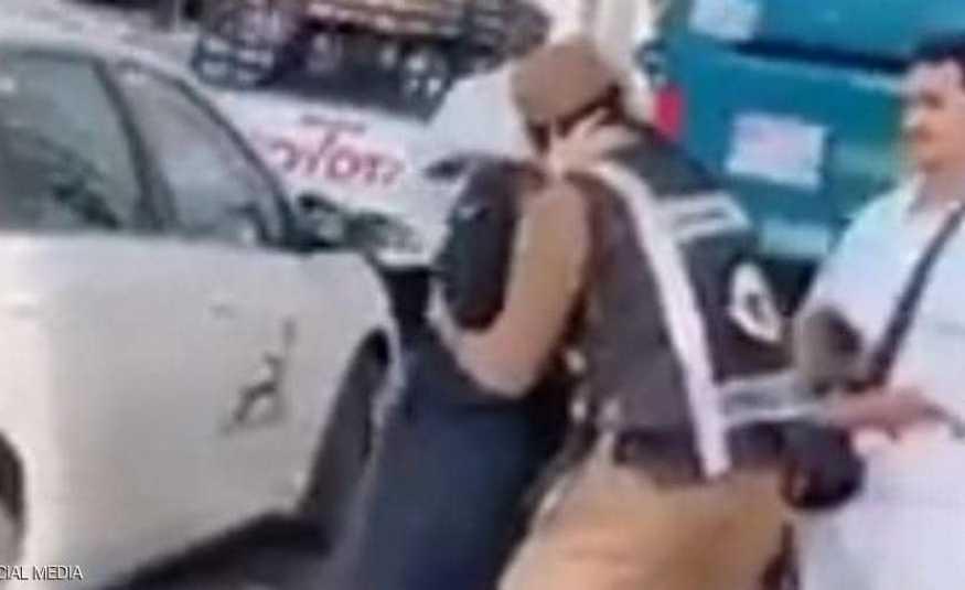 تحية وعناق حار بين رجل أمن سعودي ووالدته