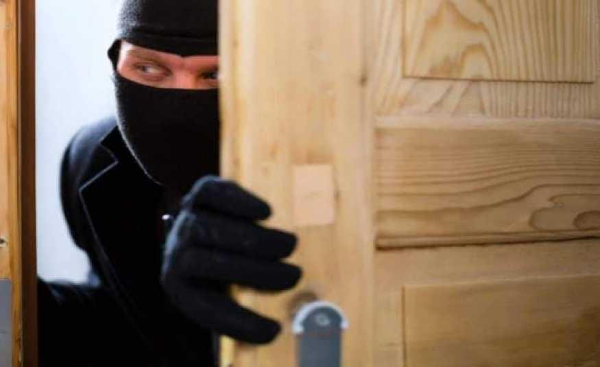 إبتكار جديد للسارقين.. دخول المنازل من أبوابها