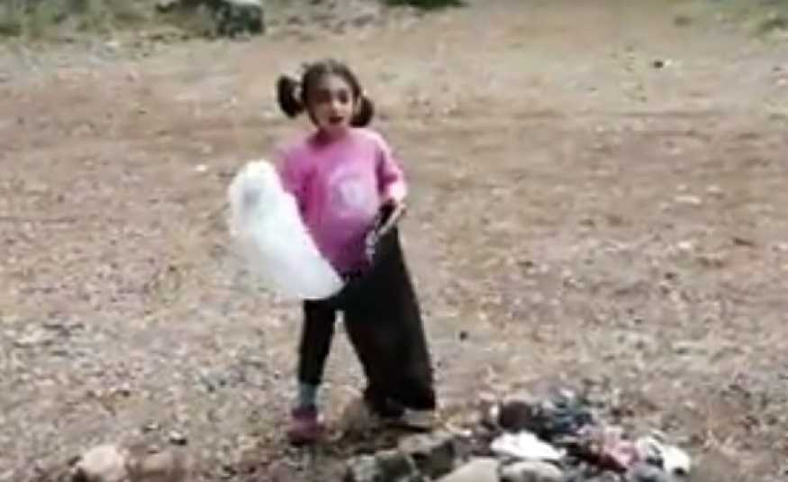 بالفيديو.. طفلة تصرخ بوجه الكبار: ما تكبوا زبالة خنقتونا !