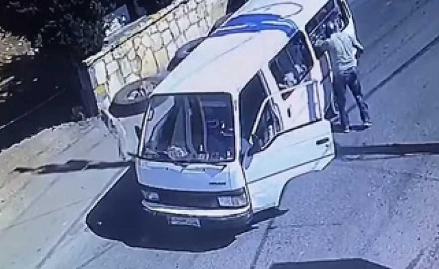 بالفيديو.. سائق يضرب أطفالاً بوحشية في إقليم الخروب