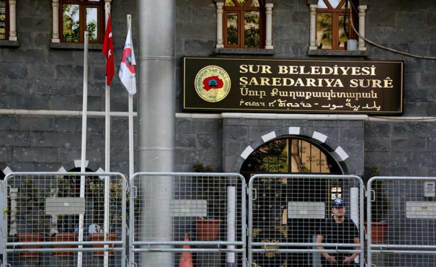 تركيا تقيل رؤساء 3 بلديات بتهمة الانضمام إلى منظمة إرهابية