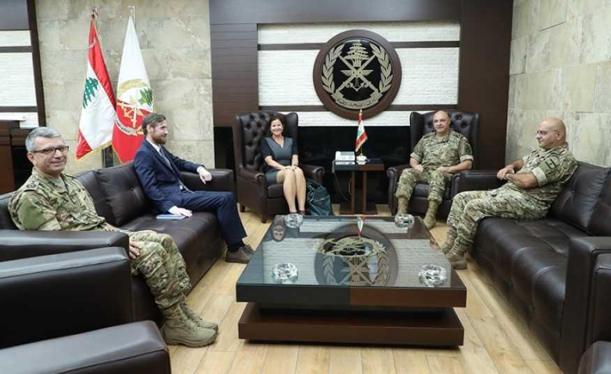 قائد الجيش يعرض مع سفيرة النروج والملحق العسكري الفنلندي الاوضاع