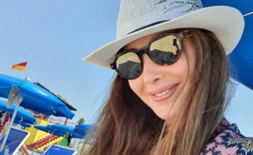 نانسي عجرم تسرق الأنظار على شاطئ البحر