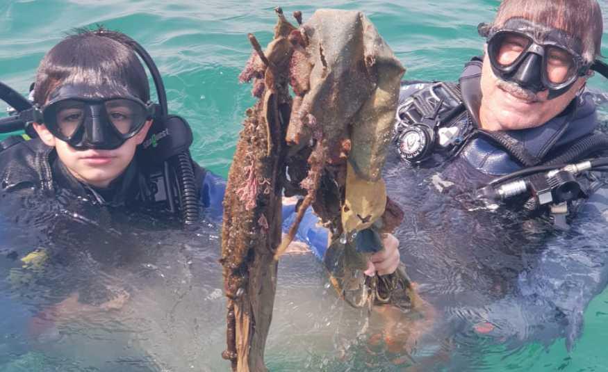بالفيديو والصور.. شاهد أصغر غطاس يشارك في تنظيف قعر بحر صيدا