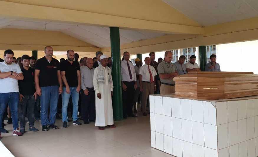 بالصوره.. صلاة الجنازة على الشهيد حسين فشيخ في غينيا